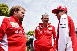 Джино Розато, Ferrari с Маурицио Арривабене, руководитель команды Ferrari и Кими Райкконен, Ferrari