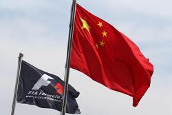 Die Flaggen der Formel 1 und von China im Fahrerlager