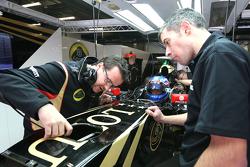 Jolyon Palmer, Lotus F1 Team, und Julien Simon-Chautemps, Lotus F1 Team, Renningenieur