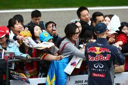 Даниил Квят Red Bull Racing раздает автографы