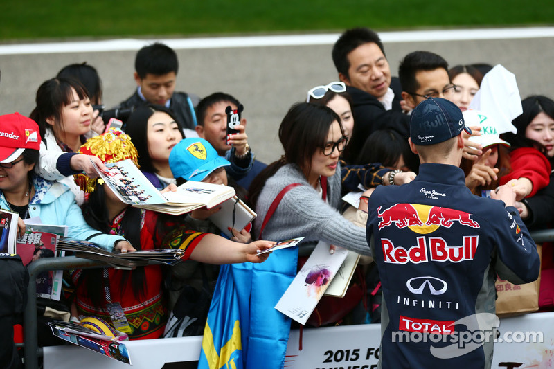 Daniil Kvyat Red Bull Racing memberikan tanda tangan untuk fans