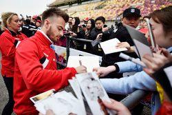 Will Stevens Manor Marussia F1 Team memberikan tanda tangan untuk fans