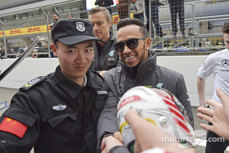 Lewis Hamilton Mercedes AMG F1 firma autógrafos para los aficionados