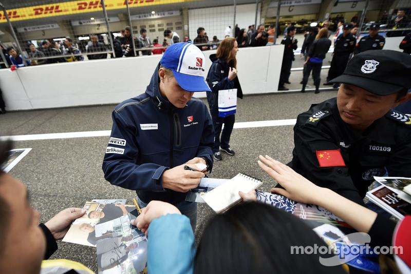 Marcus Ericsson Sauber F1 Team, schreibt Autogramme für die Fans