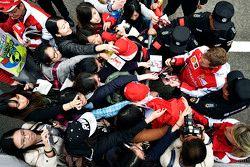 Себастьян Феттель Ferrari раздает автографы