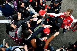 Sebastian Vettel Ferrari firma autógrafos para los aficionados