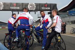 Chris Hoy chats with Alexander Wurz, Stéphane Sarrazin and Mike Conway