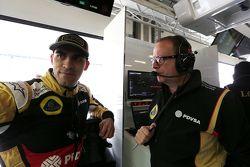 Пилот Lotus F1 Team Пастор Мальдонадо и гоночный инженер Lotus F1 Team Марк Слейд