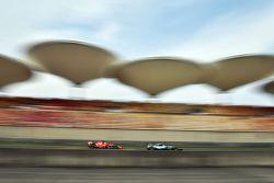 Себастьяна Феттеля, Ferrari SF15-T проходит Нико Росберг, Mercedes AMG F1 W06