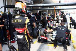 Romain Grosjean, Lotus F1 E23, mira a Pastor Maldonado en los pits