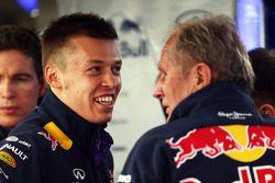 Daniil Kvyat, Red Bull Racing avec le Dr Helmut Marko, consultant Red Bull Motorsport
