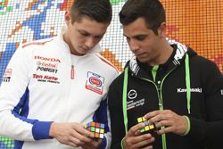 Michael van der Mark, Pata Honda, et David Salom, Team Pedercini, tentent de résoudre un Rubik's Cube