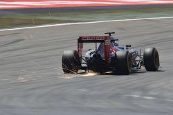 Искры летят из-под машины Макса Ферстаппена, Scuderia Toro Rosso STR10