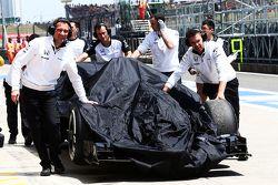 The McLaren MP4-30 Фернандо Алонсо, McLaren возвращается обратно на пит-лейн после третьей сессии пр