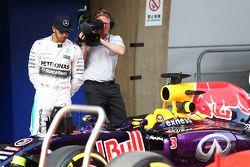 Льюис Хэмилтон, Mercedes AMG F1 рассматривает машину Red Bull