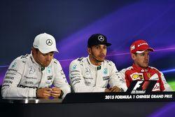 Квалификационный топ-3: второй - Нико Росберг Mercedes AMG F1; Льюис Хэмильтон, Mercedes AMG F1 - по