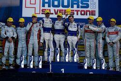 Podium: tweede plaats Simon Dolan, Filipe Albuquerque , Harry Tincknell, winnaars Bjorn Wirdheim, Jo