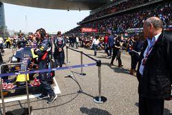 Рон Денис, McLaren рассматривает Red Bull Racing RB11 на стартовой решетке