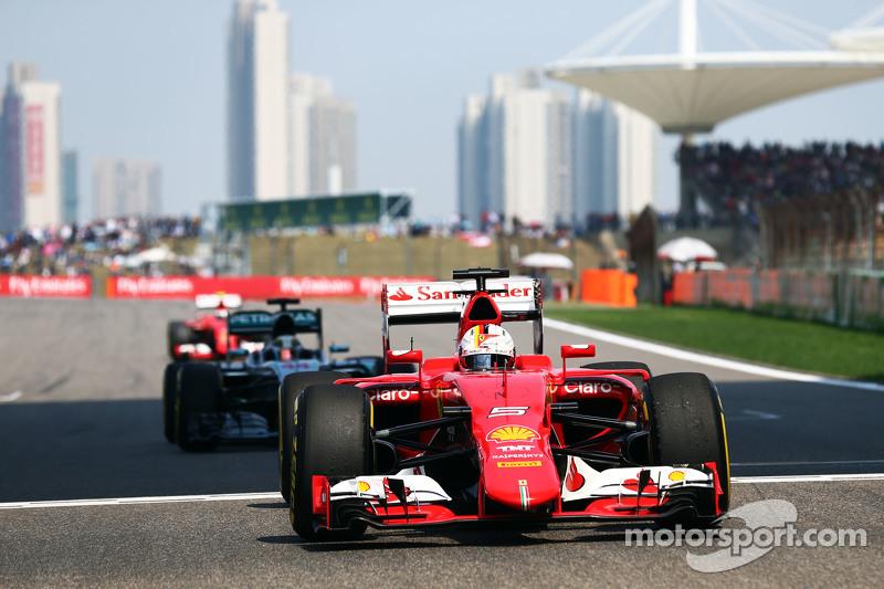Немецкий флаг на шлеме Феттеля смотрелся уместно и вызывал однозначные ассоциации с эпохой другого немца в Ferrari: Михаэля Шумахера