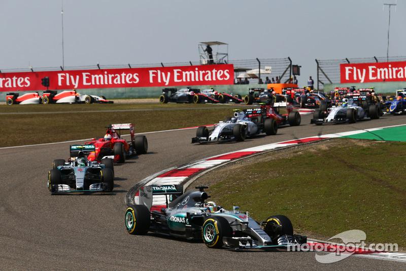 Lewis Hamilton, yarışın startıyla birlikte lider