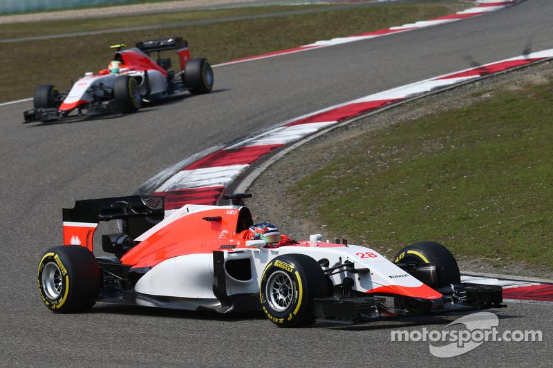 Will Stevens, Manor F1 Team leads Roberto Merhi, Manor F1 Team
