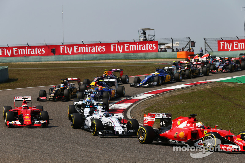 Sebastian Vettel, Ferrari SF15-T, vor Valtteri Bottas, Williams FW37, beim Start