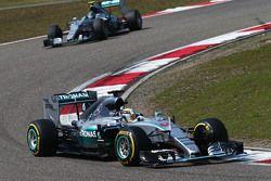 Льюис Хэмилтон, Mercedes AMG F1 W06 едет впереди напарника Нико Росберга, Mercedes AMG F1 W06