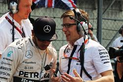 刘易斯·汉密尔顿, 梅赛德斯AMG车队,和Peter Bonnington, 梅赛德斯AMG车队比赛工程师