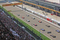 Lewis Hamilton, Mercedes AMG F1 W06 en la pole en el inicio de la carrera
