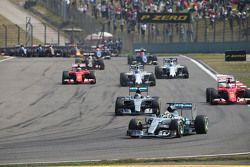 Lewis Hamilton, Mercedes AMG F1 W06 líder al inicio de la carrera