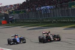 Pastor Maldonado, Lotus F1 E23 al frente de Felipe Nasr, Sauber C34
