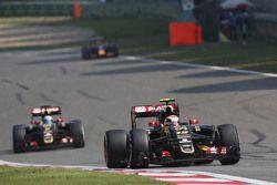Пастор Мальдонадо, Lotus F1 E23 едет впереди напарника - Ромена Грожана, Lotus F1 E23