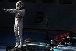 Победитель гонки Льюис Хэмилтон Mercedes AMG F1 празднует
