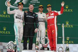 Подиум: победитель гонки Льюис Хэмилтон, Mercedes AMG F1, обладатель второго места Нико Росберг, Mer