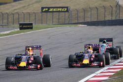 Даниил Квят, Red Bull Racing RB11 и Даниэль Риккардо, Red Bull Racing RB11, борьба за позицию