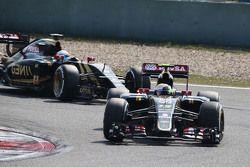 Пастор Мальдонадо, Lotus F1 Team едет перед своим напарником Роменом Грожаном, Lotus F1 Team