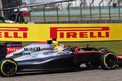 Fernando Alonso, McLaren MP4-30, und Daniel Ricciardo, Red Bull Racing RB11, im Zweikampf