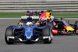 Marcus Ericsson, Sauber F1 Team and Daniel Ricciardo, Red Bull Racing