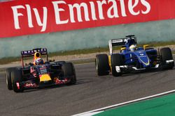 Daniel Ricciardo, Red Bull Racing RB11 and Marcus Ericsson, Sauber C34 battle for position