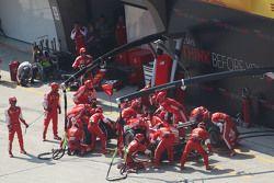 Себастьян Феттель, Ferrari SF15-T во время пит-стопа
