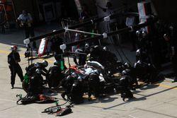 Дженсон Баттон, McLaren MP4-30 во время пит-стопа