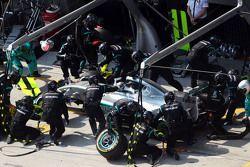 Lewis Hamilton, Mercedes AMG F1 W06 faz pit stop
