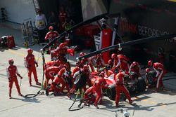Кими Райкконен, Ferrari SF15-T во время пит-стопа