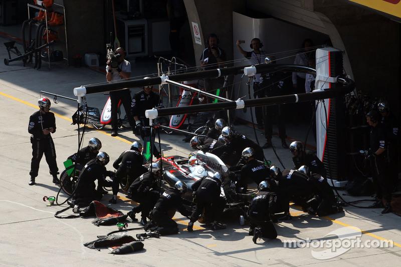 Fernando Alonso hace una parada en los pits en su McLaren MP4-30