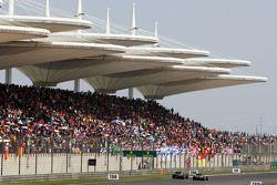 Нико Росберг, Mercedes AMG F1 W06 проходит Дженсона Баттона, McLaren MP4-30 на круг