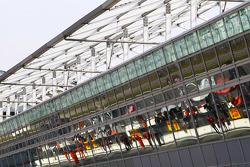صورة جماعية للسيارات عند خط الحظائر