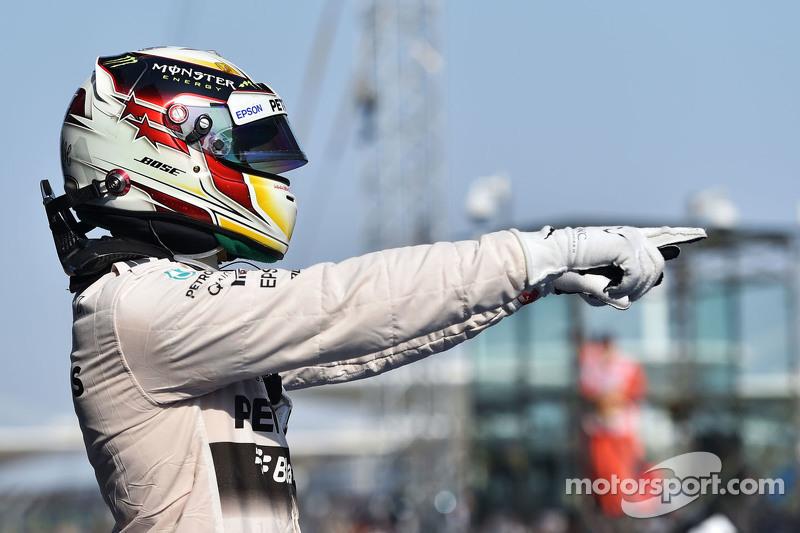 Juara balapan Lewis Hamilton Mercedes AMG F1 W06 merayakans di parc ferme