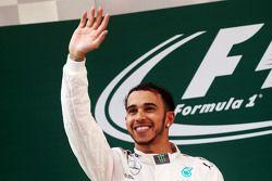 Победитель гонки Льюис Хэмилтон Mercedes AMG F1 празднует на подиуме