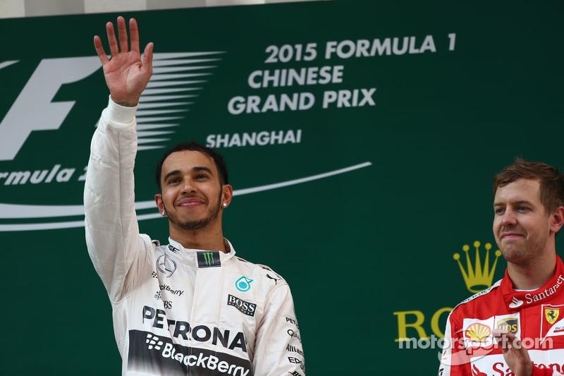 Le vainqueur Lewis Hamilton Mercedes AMG F1 et le troisième Sebastian Vettel Ferrari SF15-T