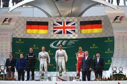 El primer lugar, Lewis Hamilton, Mercedes AMG F1, con el segundo lugar, Nico Rosberg, Mercedes AMG F1 y tercer lugar, Sebastian Vettel, Ferrari